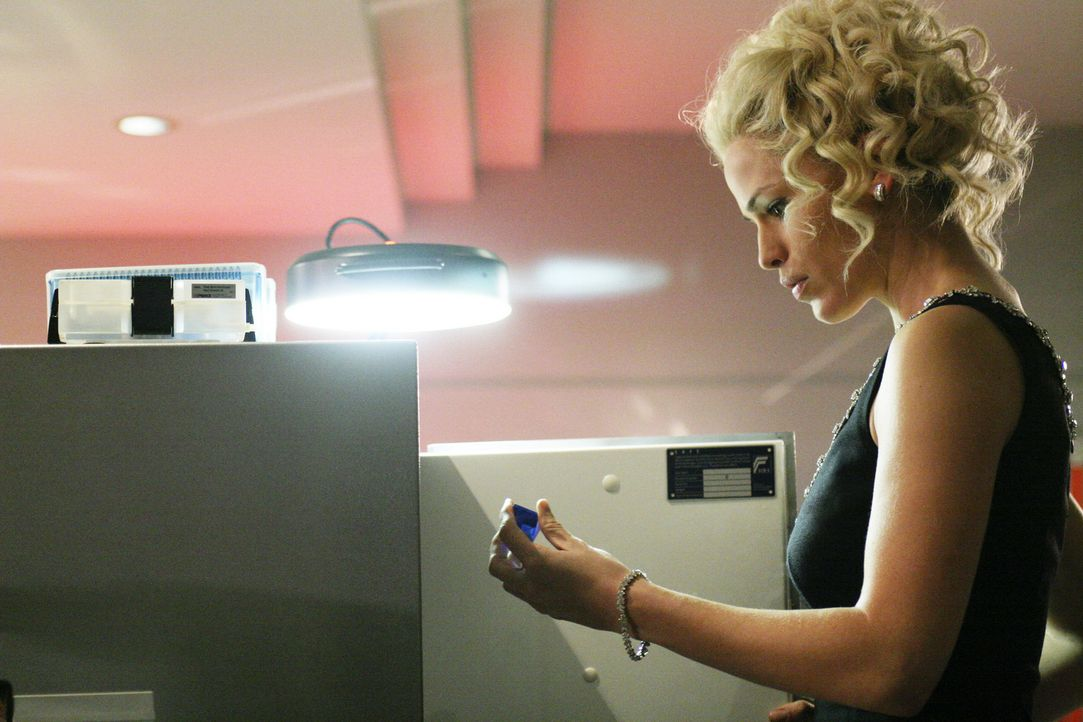 Nadia gibt unbedacht ein Geheimnis aus ihrer Vergangenheit preis und bringt damit sich und Sydney (Jennifer Garner) in große Gefahr ... - Bildquelle: Touchstone Television