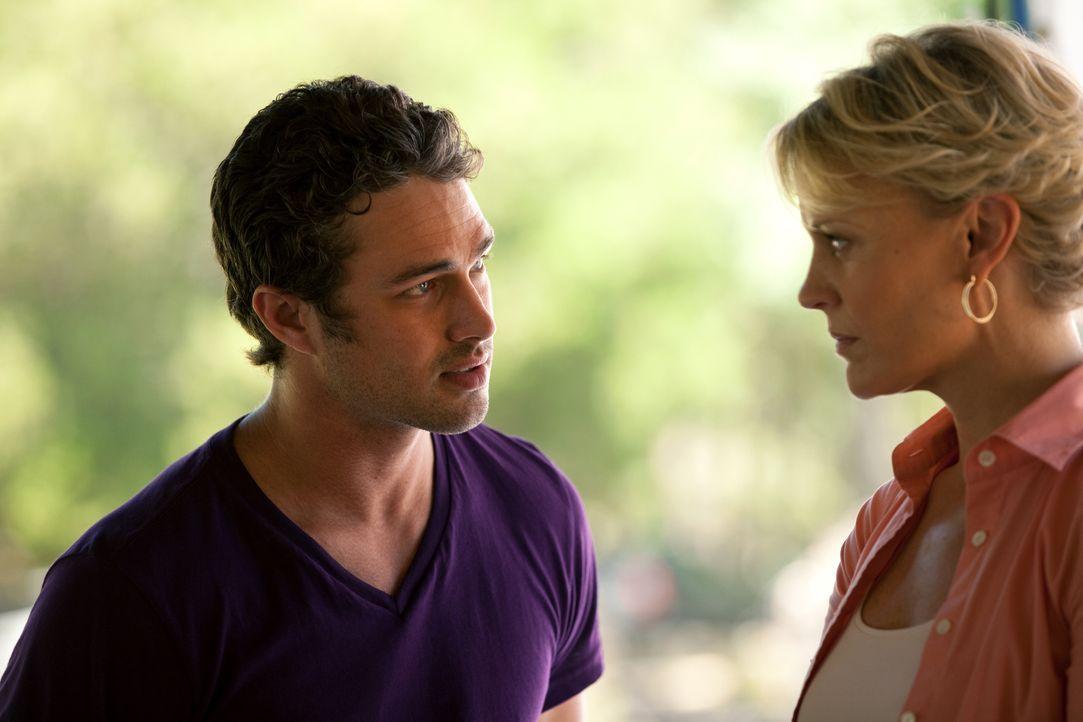 Mason (Taylor Kinney, l.) weist Liz (Marguerite MacIntyre, r.) darauf hin, dass Damon und Stefan Vampire seien, doch Liz verteidigt Damon, da er ihr... - Bildquelle: Warner Brothers