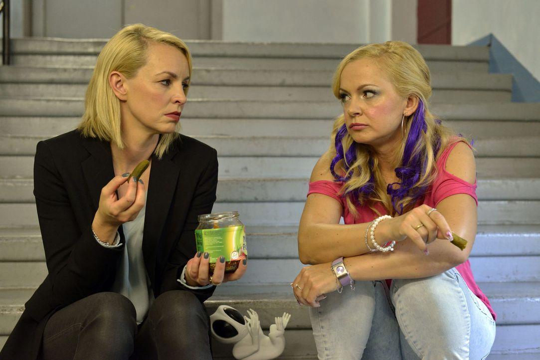 Theresa (Simone Hanselmann, l.) ist sich nicht wirklich sicher, ob sie glücklich sein soll, dass der Schwangerschaftstest negativ ausgefallen ist. K... - Bildquelle: Oliver Ziebe Sat.1