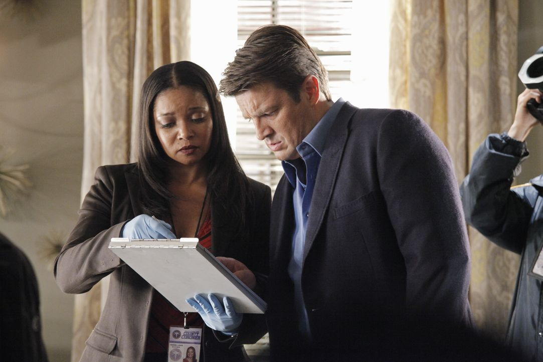 Am Tatort macht Lanie Parish (Tamala Jones, l.) eine äußerst seltsame Entdeckung, die besonders Richard Castle (Nathan Fillion, r.) erstaunt ... - Bildquelle: 2012 American Broadcasting Companies, Inc. All rights reserved.