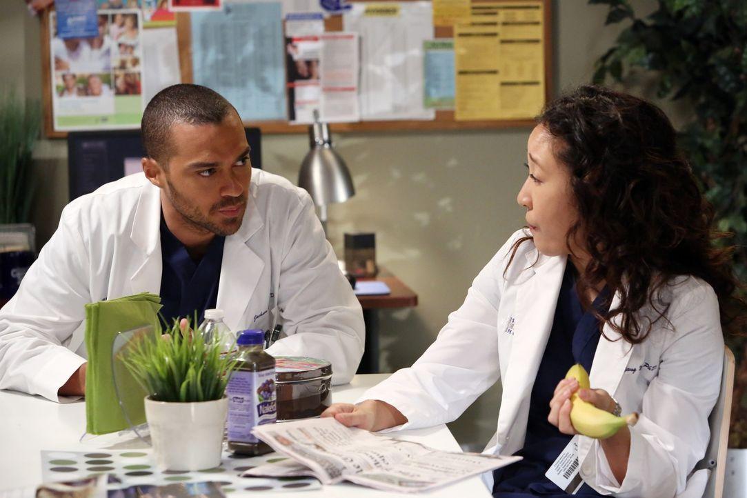 Alex und Cristina (Sandra Oh, r.) unterhalten sich über die morgendliche Verwechslung, denn Owen hat morgens versehentlich Jo für Cristina gehalten.... - Bildquelle: ABC Studios