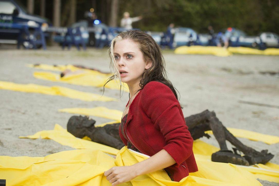 Nachdem sie gerade noch gesehen hat, wie eine Party von Zombies überrannt wurde, wacht Liv (Rose McIver) in einem Leichensack auf. Was ist mit ihr p... - Bildquelle: Warner Brothers