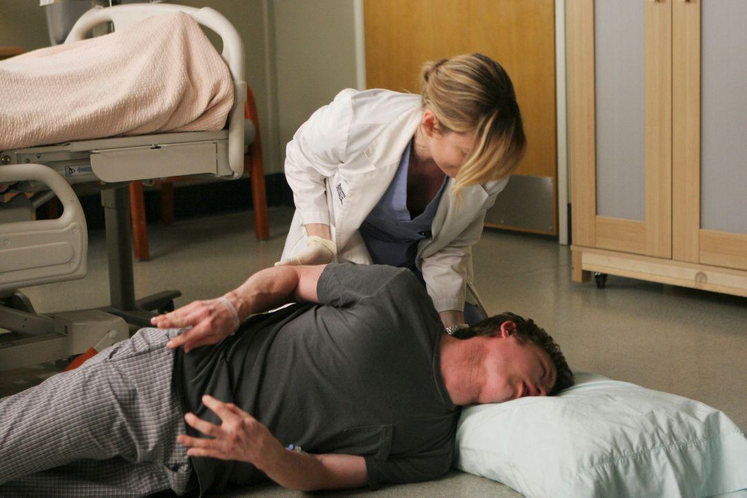 Meredith (Ellen Pompeo, oben) versucht Jeremy (Marshall Allman, liegend), der zusammengebrochen ist zu retten. Wird es ihr gelingen? - Bildquelle: Touchstone Television