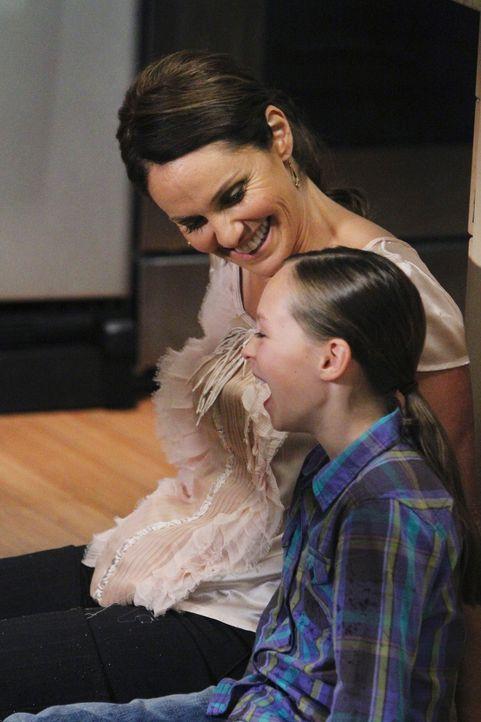 Violet (Amy Brenneman, l.) kann Betsy (Hailey Sole, r.) endlich wieder zum Lachen bringen, die daraufhin den Wunsch äußert, für immer bei Violet... - Bildquelle: ABC Studios