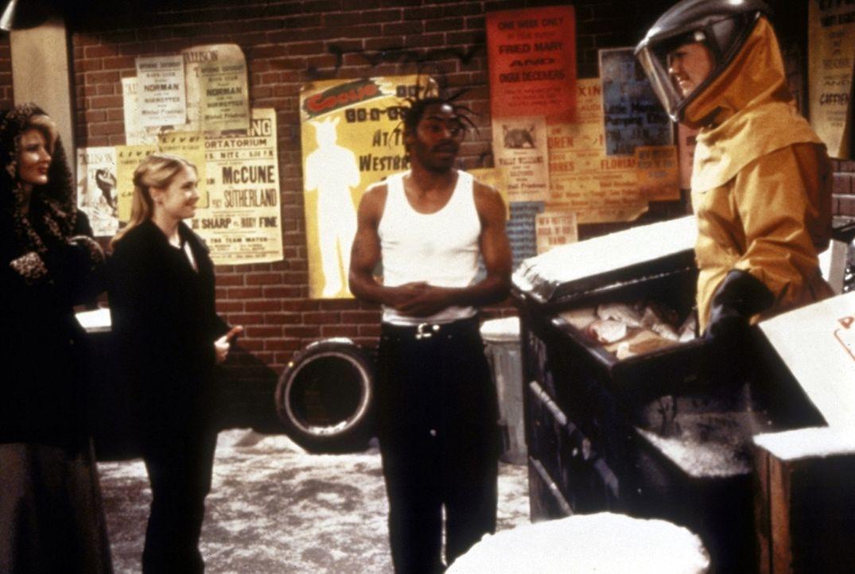Salem und Sabrina (Melissa Joan Hart, 2.v.l.) haben einen Streit. Als Salem bis zum Abend noch nicht daheim ist, macht sich die Familie auf die Such... - Bildquelle: Paramount Pictures