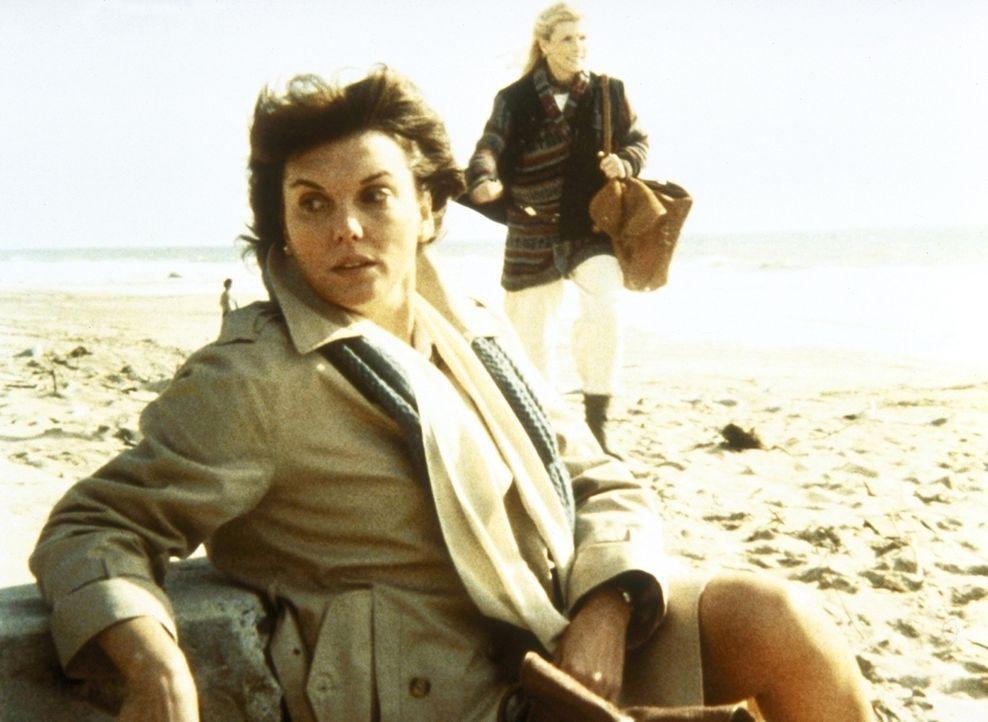 Um vor dem Stress zu fliehen, geht Lacey (Tyne Daly, l.) an den Strand. - Bildquelle: ORION PICTURES CORPORATION. ALL RIGHTS RESERVED.
