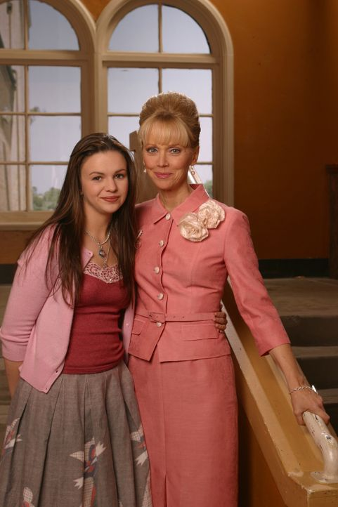 Joan (Amber Tamblyn, l.) erhält von Gott den Auftrag, in der Schule an einem Make-Up-Kurs von Ms. Candy (Shelley Long, r.) teilzunehmen. Widerwilli... - Bildquelle: Sony Pictures Television