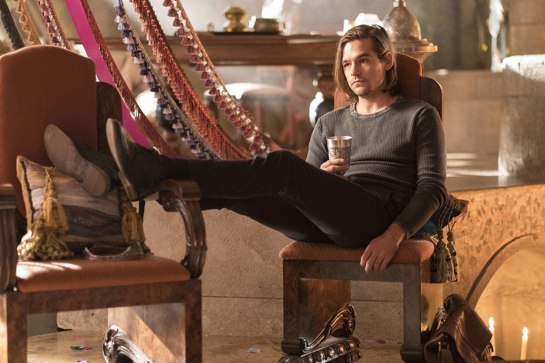 Während Quentin (Jason Ralph) versucht, Eliot bei seinen Hochzeitsvorbereitungen zu helfen, macht er eine erstaunliche Entdeckung ... - Bildquelle: Eike Schroter 2016 Syfy Media, LLC