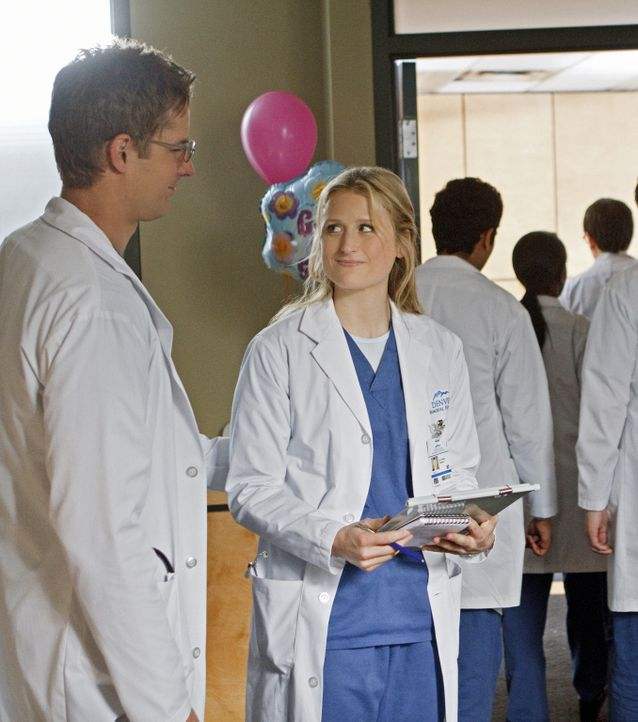 Ein Lichtblick für Emily (Mamie Gummer, r.) ist ihr Kollege und Schwarm Will (Justin Hartley, l.), der sich jedoch nicht wirklich für sie interessie... - Bildquelle: 2012 The CW Network, LLC. All rights reserved.