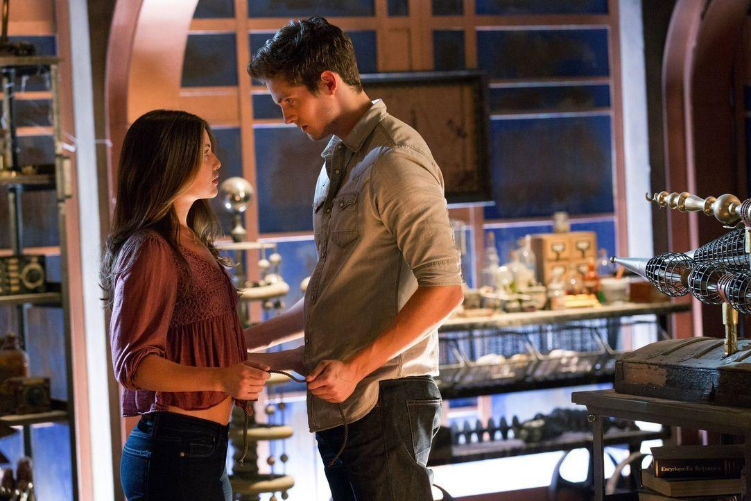 Wird Davina (Danielle Campell, l.) auf ein verlockendes Angebot von Kol (Daniel Sharman, r.) eingehen? - Bildquelle: Warner Bros. Television