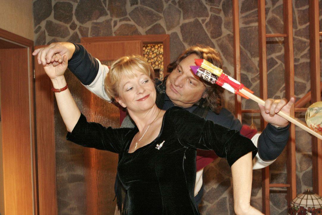 Bester Laune umgarnt Helga (Ulrike Mai, l.) Bernd (Volker Herold, r.)... - Bildquelle: Noreen Flynn Sat.1