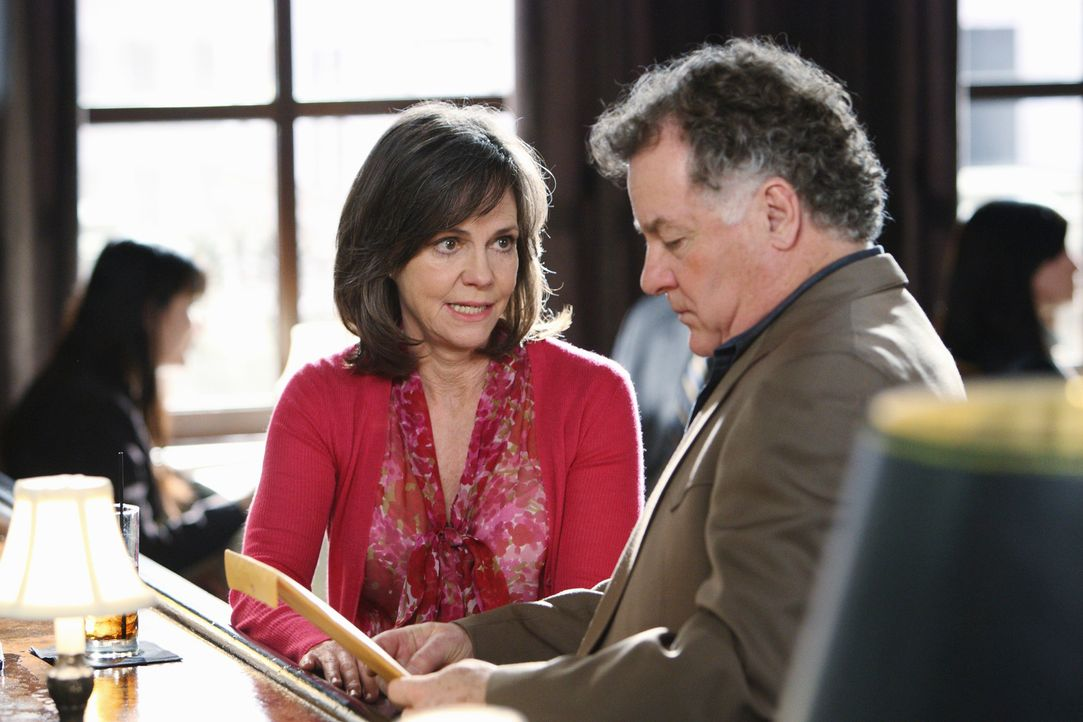 Dennis York (Peter Gerety, r.) setzt Nora Walker (Sally Field, l.) gewaltig unter Druck ... - Bildquelle: 2010 American Broadcasting Companies, Inc. All rights reserved.