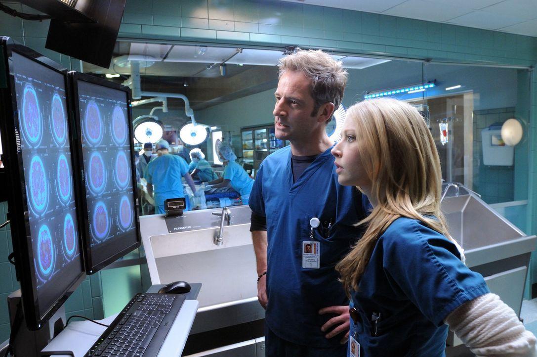 Die Analyse geht weiter: Dr. Warren (Elisabeth Harnois, r.) und Dr. Proctor (Jeremy Northam, l.) scheinen nicht hinter die Ursache der Epilepsieanf - Bildquelle: Warner Brothers