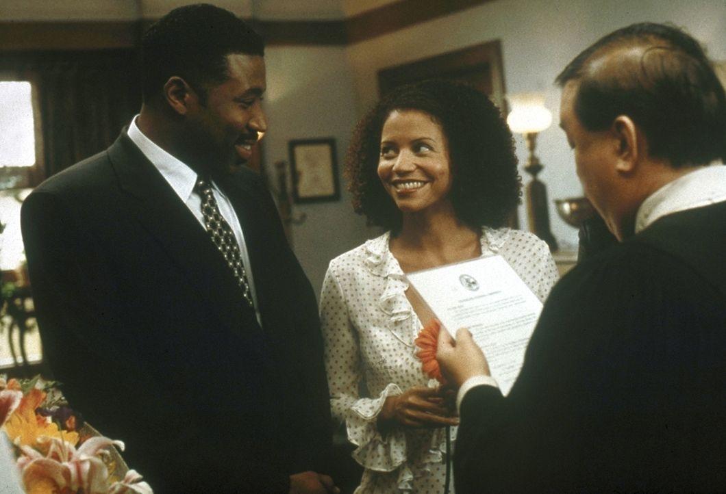 Jeanie (Gloria Reuben, M.) und Reggie (Cress Williams, l.) entscheiden, in Chicago zu bleiben, und lassen sich dort trauen. - Bildquelle: TM+  2000 WARNER BROS.