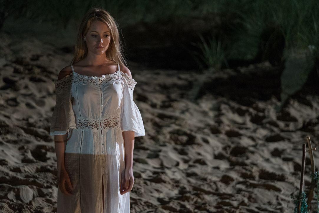 Die Zeit auf der einsamen Insel ist für Prinz Robert nicht einfach - doch plötzlich taucht Kathryn (Christina Wolfe) dort auf ... - Bildquelle: Jim Marks 2016 E! Entertainment Television, LLC