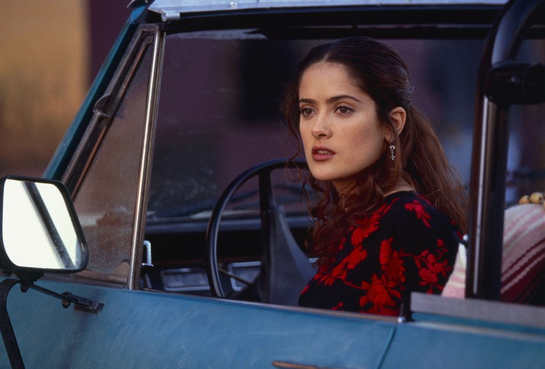 Als sich die aufregende Isabel (Salma Hayek) mit einem Gringo einlässt, gibt es schon bald gewaltigen Ärger mit ihrer Verwandtschaft ... - Bildquelle: 2019 Sony Pictures Television. All rights reserved.