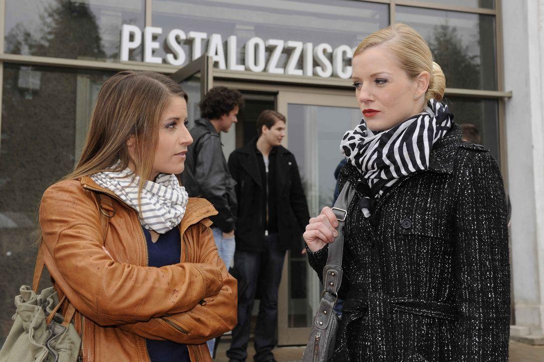 Bea (Vanessa Jung, l.) lässt sich nicht länger von Helena (Kim-Sarah Brandts, r.) provozieren ... - Bildquelle: SAT.1