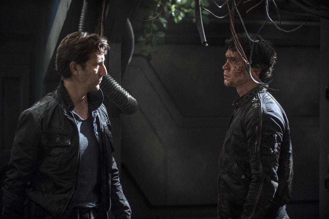 Kane (Henry Ian Cusick, l.) will Antworten von Bellamy (Bon Morley, r.), doch dieser will handeln und nicht tatenlos rumsitzen ... - Bildquelle: 2014 Warner Brothers