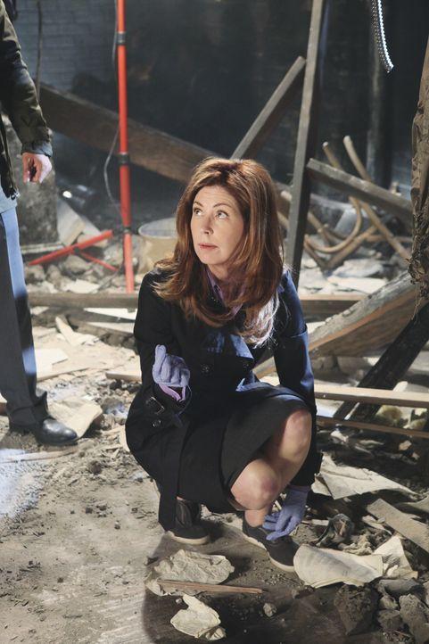 Im völlig zerstörten Apartment von Kate macht Special Agent Jordan Shaw (Dana Delany) eine interessante Entdeckung. - Bildquelle: ABC Studios