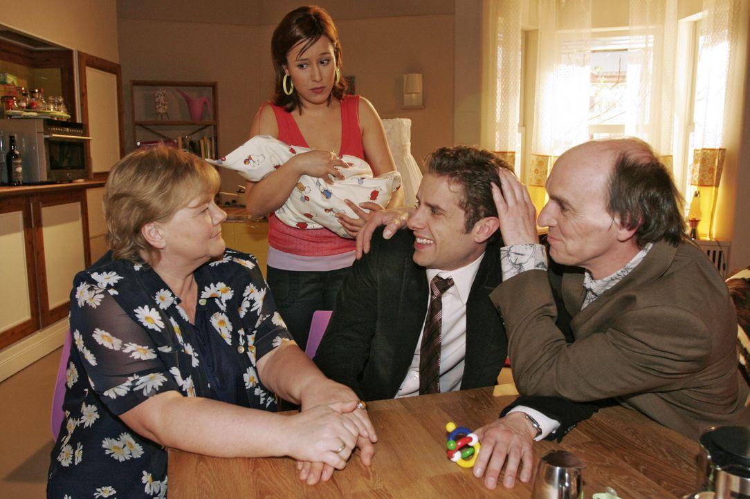 Yvonne (Bärbel Schleker, 2.v.l.) ist mit dem Besuch ihrer Eltern (Christiane Ziehl, l., Bernd Raucamp, r.) überfordert und ist Max (Alexander Sternb... - Bildquelle: Noreen Flynn SAT.1 / Noreen Flynn