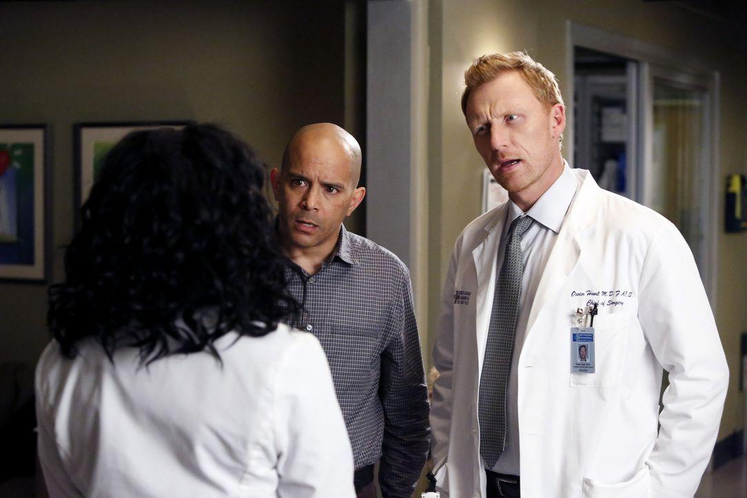 Um Bailey zu schützen, nimmt Stephanie (Jerrika Hinton, l.) vor Owen (Kevin McKidd, r.) und David Morris (Mark Adair-Rios, M.) die ganze Schuld auf... - Bildquelle: ABC Studios