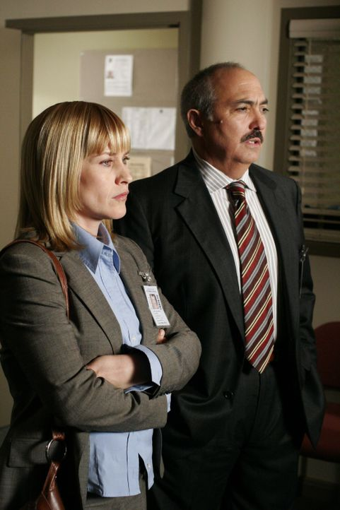 Allison (Patricia Arquette, l.) berichtet Staatsanwalt Manuel Devalos (Miguel Sandoval, r.) von ihrer Vermutung … - Bildquelle: Paramount Network Television