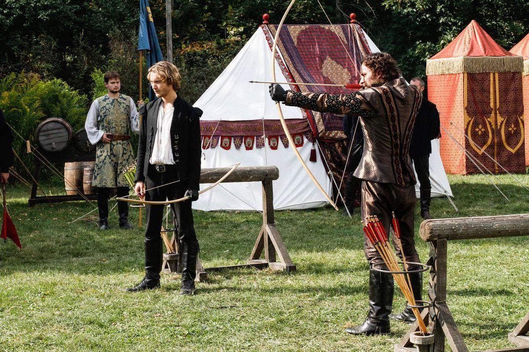 Prinz Francis (Toby Regbo, 2.v.l.) und Tomas (Manolo Cardona, r.), der Prinz von Portugal, der um Marys Hand angehalten hat, treten im Bogenschützen... - Bildquelle: Marni Grossman 2013 The CW Network, LLC. All rights reserved.