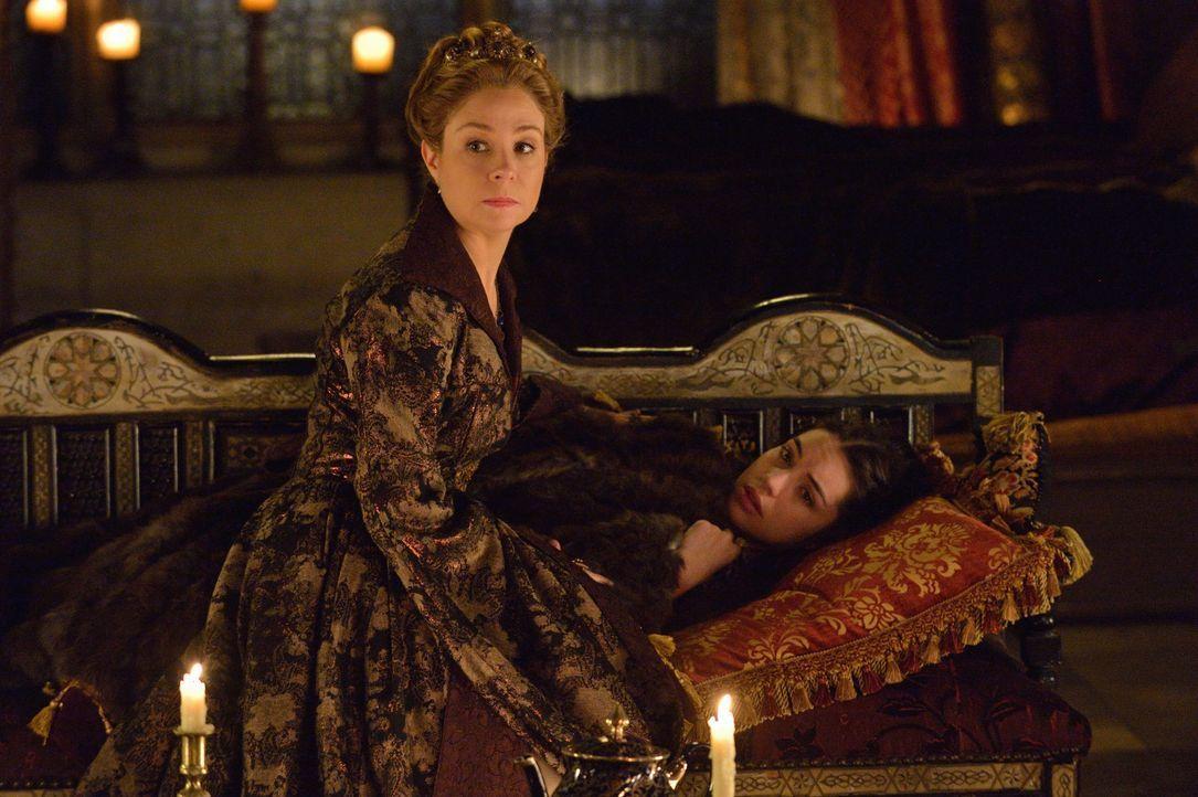 Als Mary (Adelaide Kane, hinten) Unbeschreibliches widerfährt, ist Catherine (Megan Follows, vorne) für sie da ... - Bildquelle: Ben Mark Holzberg 2014 The CW Network, LLC. All rights reserved.