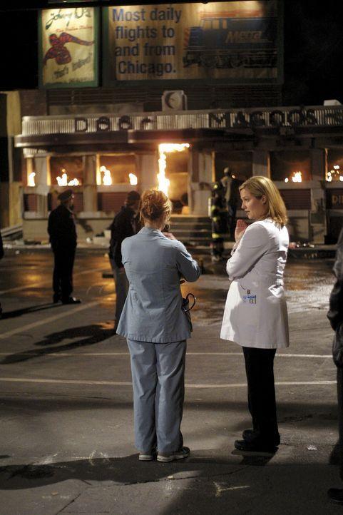 Fassungslos betrachten Abby Lockhart (Maura Tierney, l.) und Dr. Susan Lewis (Sherry Stringfied, r.) wie Doc Magoo's Restaurant abbrennt ... - Bildquelle: TM+  2000 WARNER BROS.