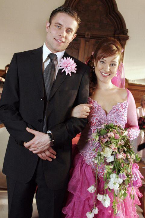 Max (Alexander Sternberg, l.) und Yvonne (Bärbel Schleker, r.) haben sich getraut. - Bildquelle: Noreen Flynn Sat.1