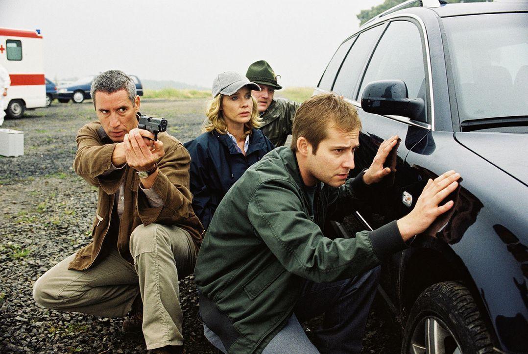 Bei ihren Ermittlungen werden Michelle Eisner (Ann-Kathrin Kramer, 2.v.l.) und ihre Kollegen Schwerdtfeger (Ralph Herforth, l.) und Sieverts (Nils-B... - Bildquelle: Sat.1
