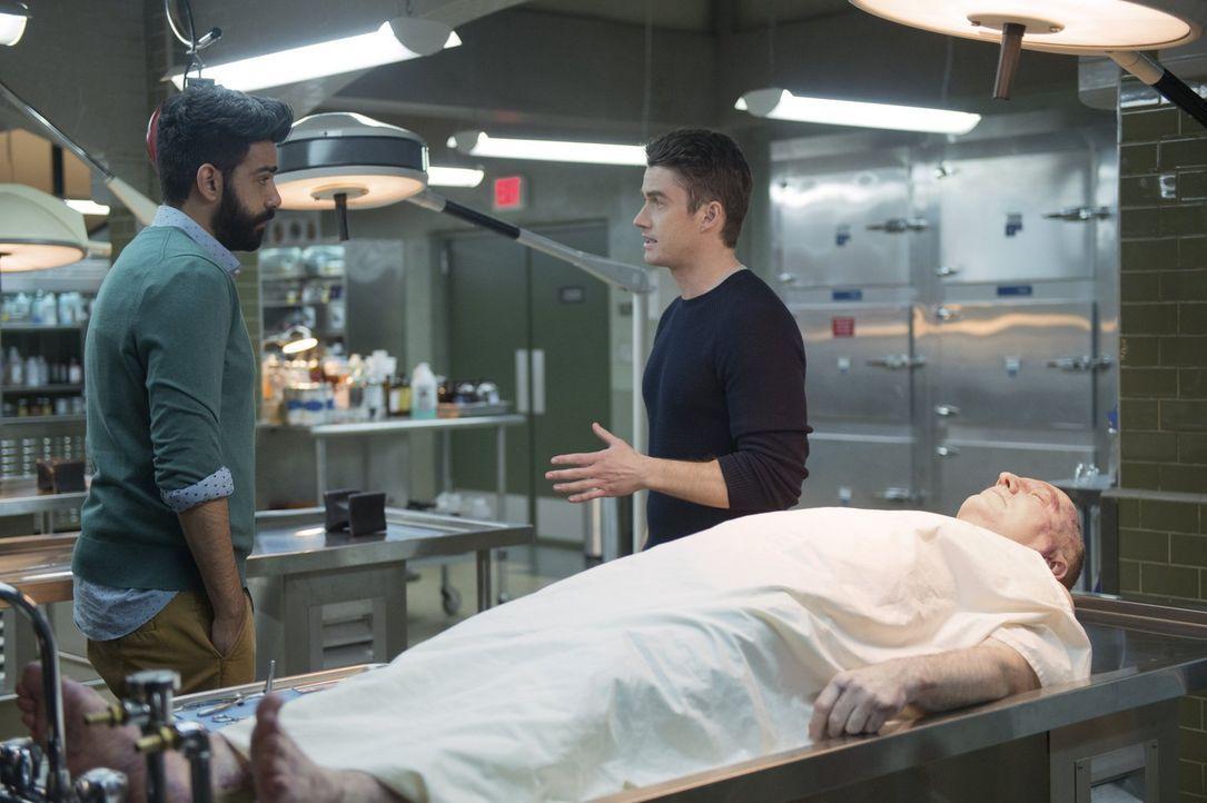 Majors (Robert Buckley, r.) Zustand verschlechtert sich. Kann und will Ravi (Rahul Kohli, l.) ihm helfen, nachdem er herausgefunden hat, dass Major... - Bildquelle: 2014 Warner Brothers