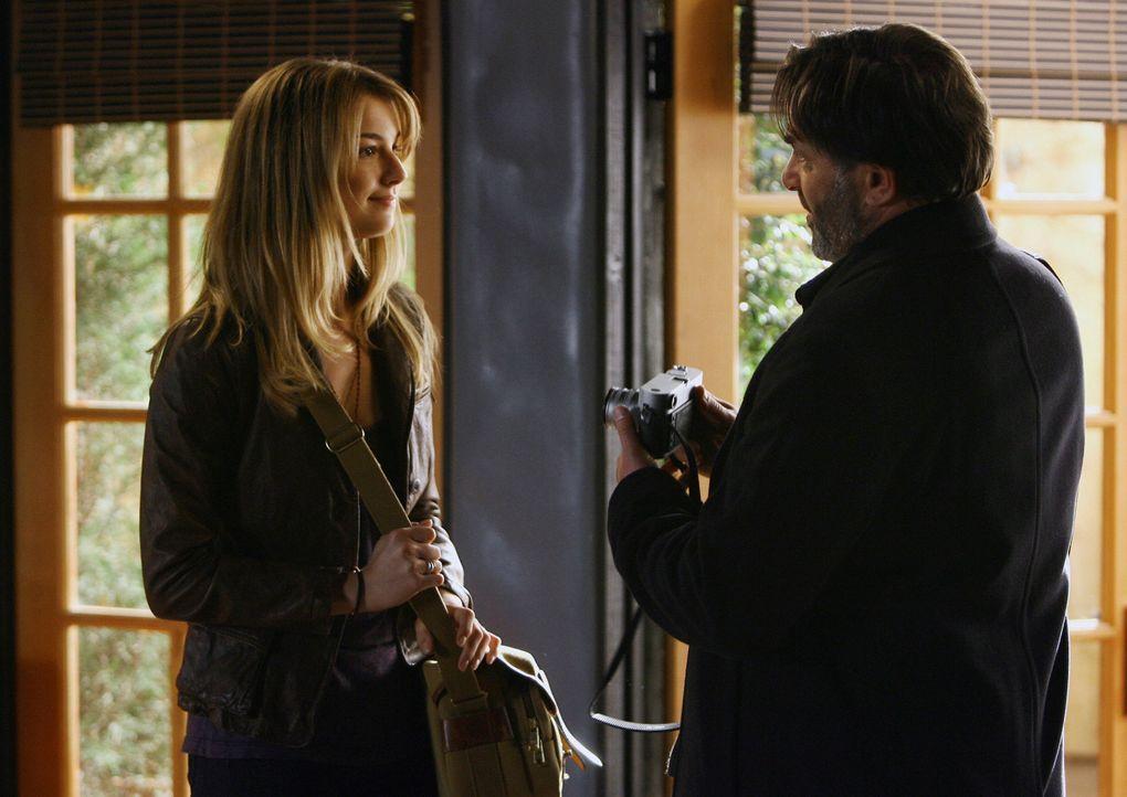 David (Ken Olin, r.) weiht Rebecca (Emily VanCamp, l.) in die Geheimnisse des Fotografierens ein. - Bildquelle: Disney - ABC International Television