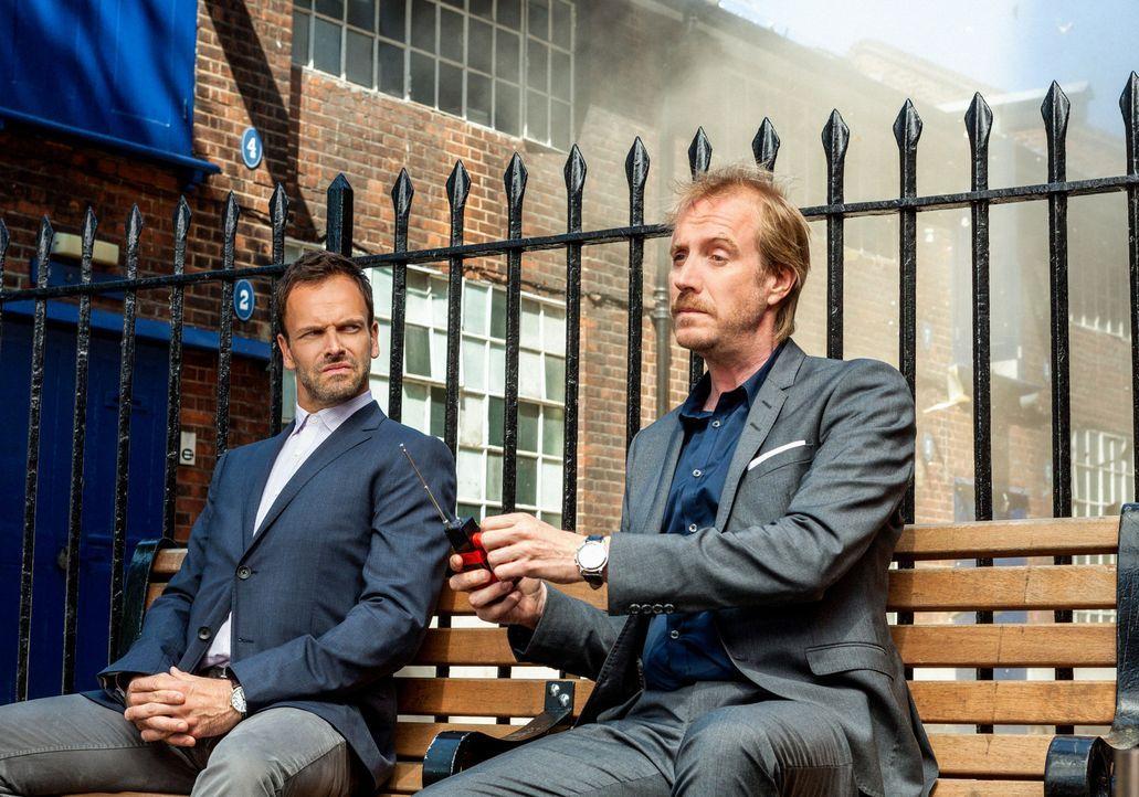 Als Sherlock Holmes (Jonny Lee Miller, l.) von Scotland Yard nach London gerufen wird, um dort bei der Aufklärung eines Falles mitzuhelfen, trifft... - Bildquelle: CBS Television