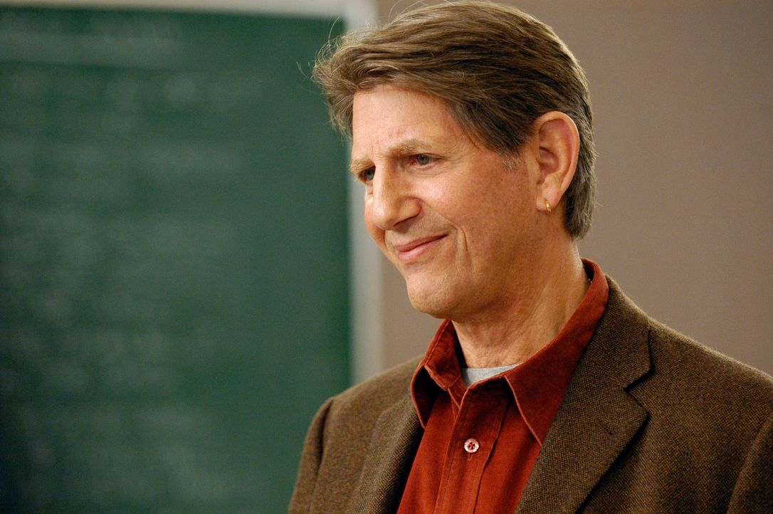 Noras Literaturprofessor und heimlicher Schwarm: Mark August (Peter Coyote)... - Bildquelle: Disney - ABC International Television