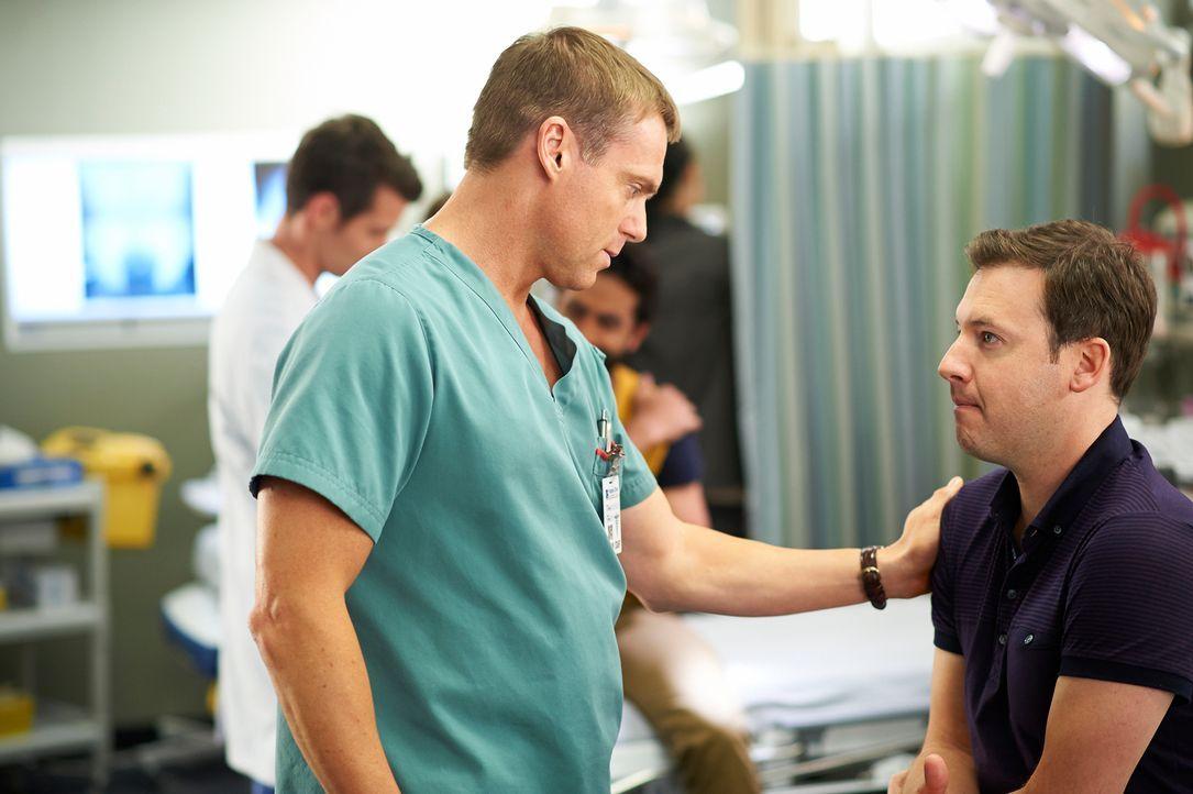 Noch ahnt Charlie (Michael Shanks, l.) nicht, dass sein Patient Sandy (Randal Edwards, r.) einer der Gründe für eine Auseinandersetzung wird ... - Bildquelle: 2012  Hope Zee One Inc.