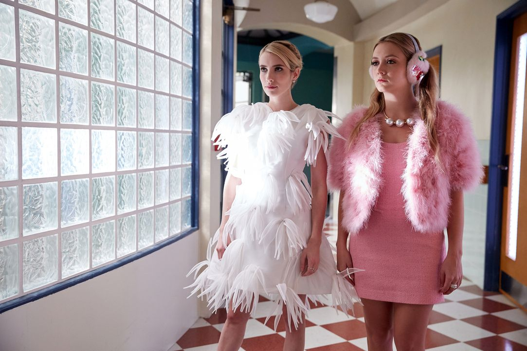 Chanel (Emma Roberts, l.) hat keine Lust mehr alle Arbeit selber zu machen und will neue Chanels rekrutieren. Wird Chanel #3 (Billie Lourd, r.) ihr... - Bildquelle: 2016 Fox and its related entities.  All rights reserved.