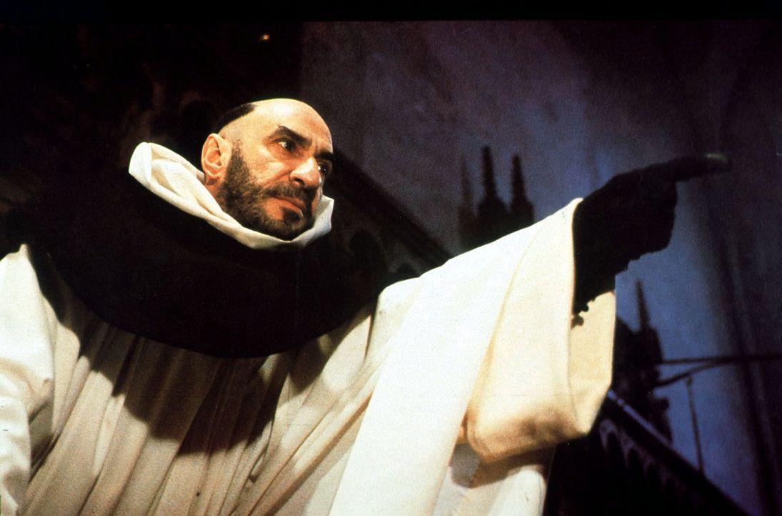 Bernardo Gui (F. Murray Abraham), ein alter Widersacher von William von Baskerville, beschuldigt den Franziskanermönch der Mordes und der Ketzerei... - Bildquelle: Constantin Film