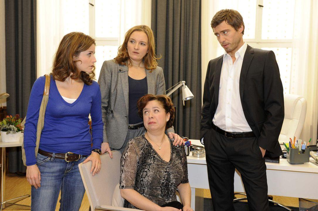 Was ist nur geschehen? (v.l.n.r.) Bea (Vanessa Jung), Gabriele (Marie Schneider), Ingrid (Franziska Traub) und Julian (Sebastian Hölz) ... - Bildquelle: SAT.1