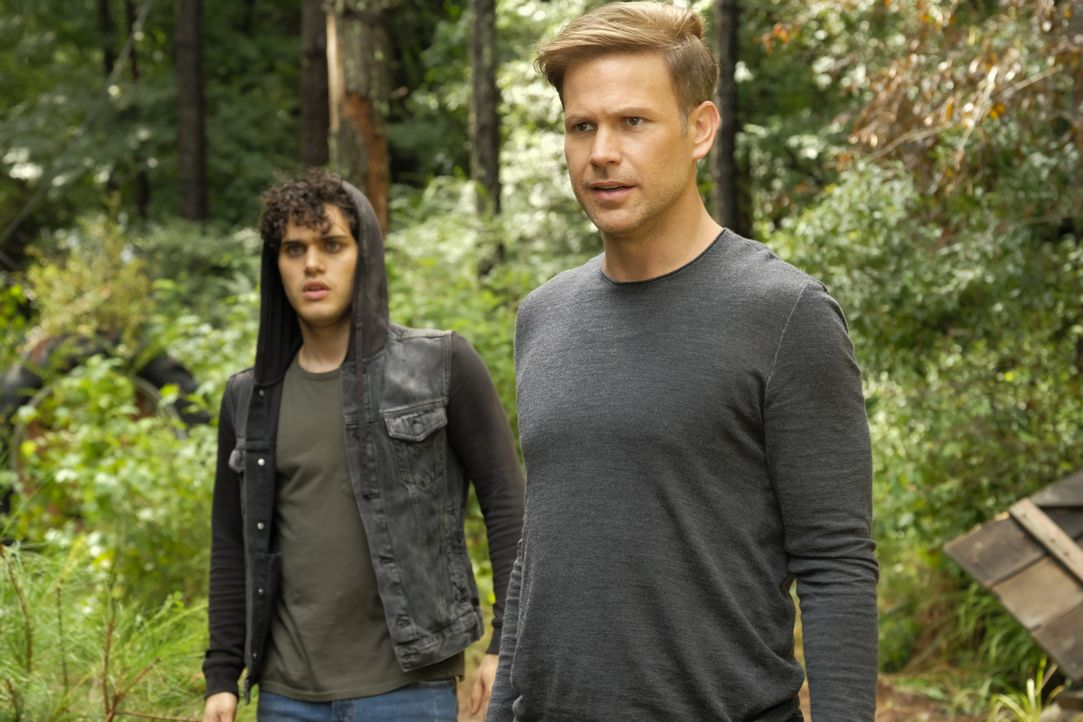 Landon Kirby (Aria Shahghasemi, l.); Alaric Saltzman (Matt Davis, r.) - Bildquelle: Mark Hill 2018 The CW Network, LLC. All Rights Reserved. / Mark Hill