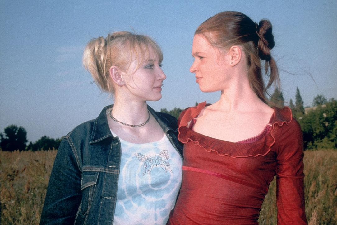 Noch sind Kati (Anna Maria Mühe, l.) und Steffi (Karoline Herfurth, r.) beste Freundinnen. Als die beiden jedoch herausfinden, dass Steffis Vater e... - Bildquelle: 2003 Sony Pictures Television International. All Rights Reserved.