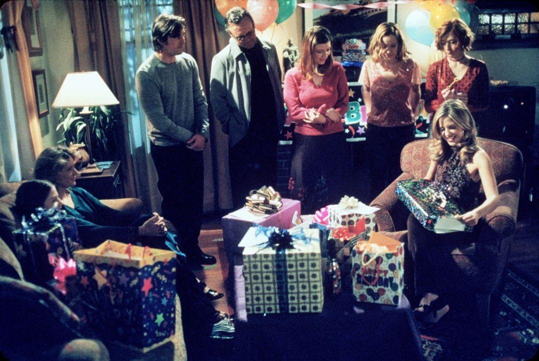 (v.r.n.l.) Buffy (Sarah Michelle Gellar) ist gerührt über die vielen Geschenke, die sie von Willow (Alyson Hannigan), Anya (Emma Caulfield), Tara (A... - Bildquelle: TM +   2000 Twentieth Century Fox Film Corporation. All Rights Reserved.