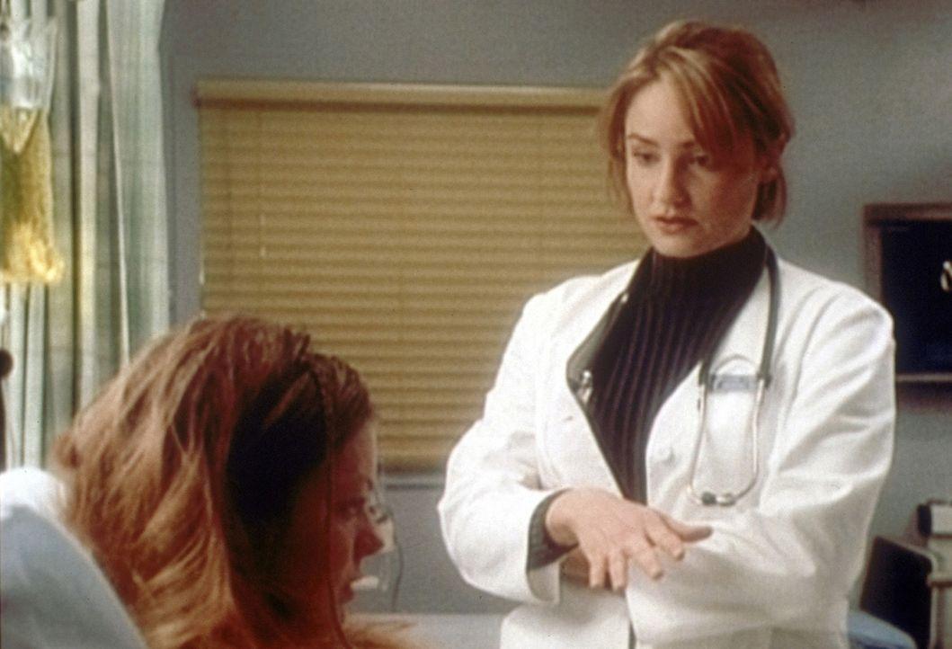 Dr. Lewis (Sherry Stringfield, r.) versucht, die aidskranke Angel zu überreden, ihrem Freund die Wahrheit über ihre Krankheit zu sagen. - Bildquelle: TM+  2000 WARNER BROS.