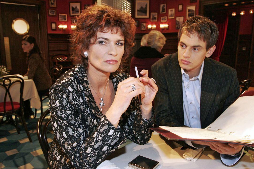 Sophie (Gabrielle Scharnitzky, l.) berichtet Alexander (Shai Hoffmann, r.) von ihrer Auseinandersetzung mit Rokko. - Bildquelle: Noreen Flynn SAT.1 / Noreen Flynn