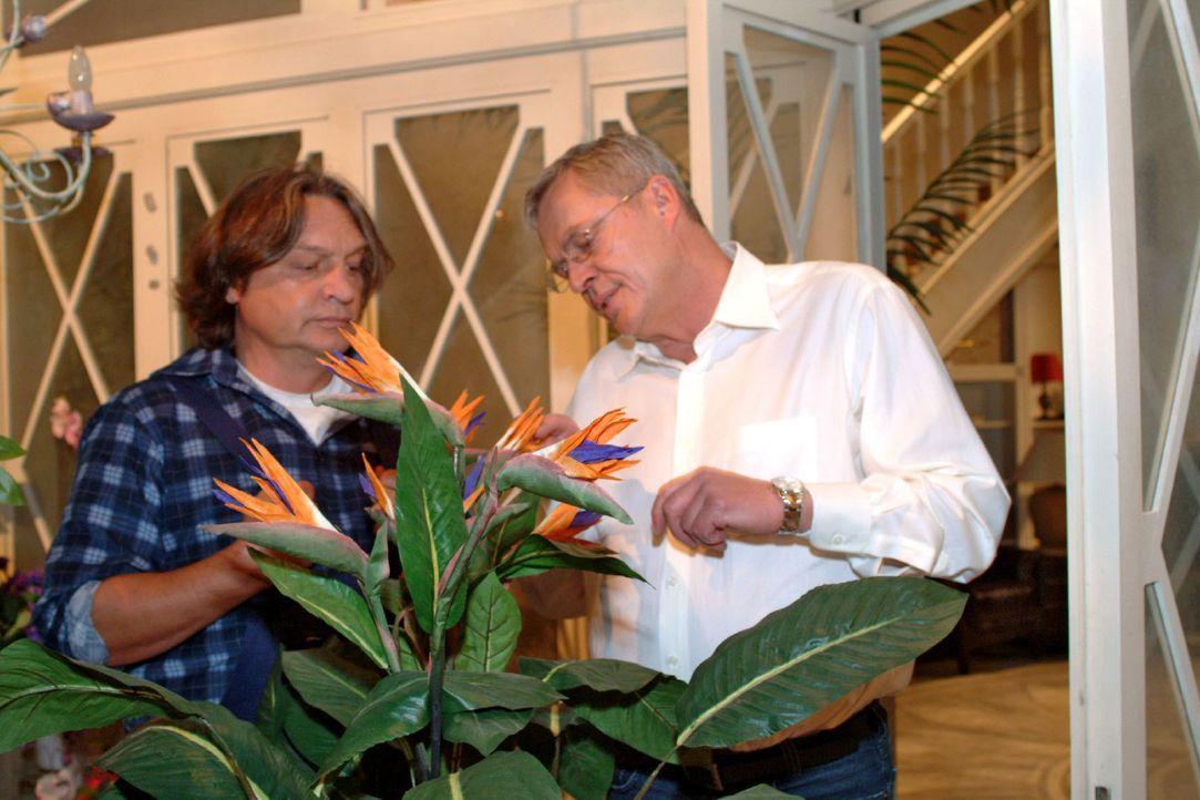 Friedrich (Wilhelm Manske, r.) sucht das Gespräch mit Bernd (Volker Herold, l.), um ihm von seinen Sorgen zu erzählen. - Bildquelle: Monika Schürle SAT.1 / Monika Schürle