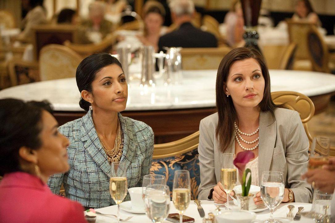 Während Divya (Reshma Shetty, M.) mit  Jill (Jill Flint, r.) zusammen Manhattan unsicher macht, findet sie heraus, dass ihre Schwester eine Affäre h... - Bildquelle: Universal Studios