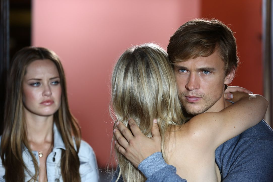 Keine schöne Situation für Prinz Liam (William Moseley, r.), als er plötzlich gemeinsam mit seinem neuen Schwarm Ophelia (Merritt Patterson, l.) vor... - Bildquelle: Tim Whitby 2014 E! Entertainment Media LLC/Lions Gate Television Inc. / Tim Whitby