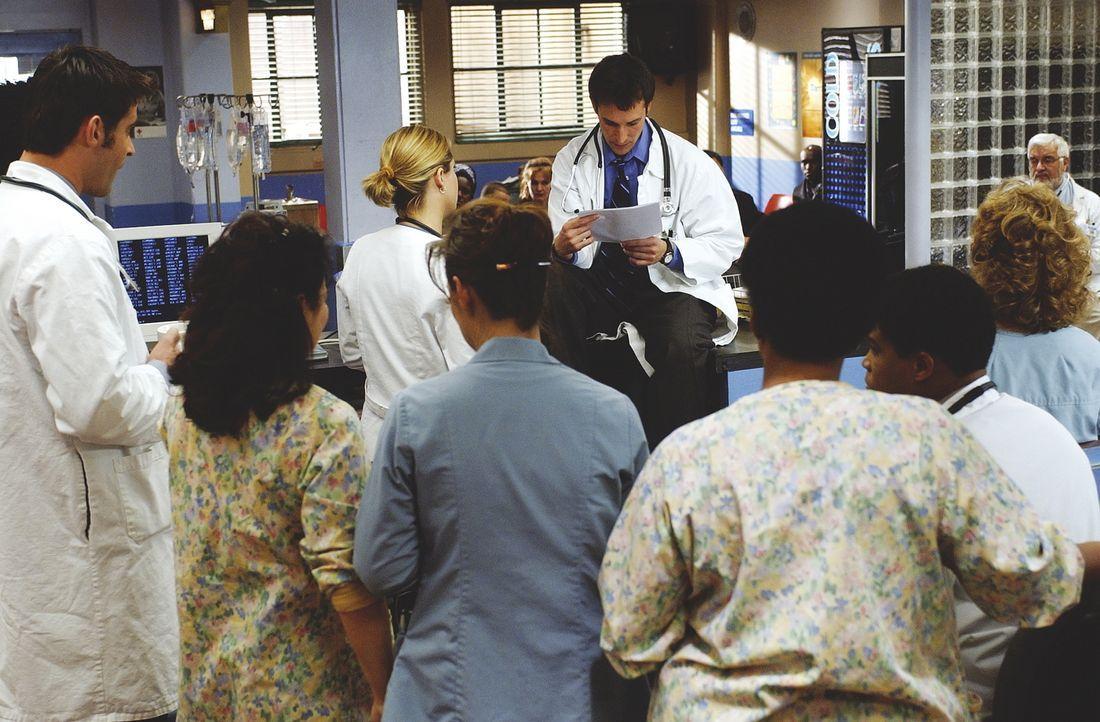 Ein schwerer Schlag für das Ärzteteam vom County: Carter (Noah Wyle, M.) liest einen sehr emotionalen Abschiedsbrief vom verstorbenen Dr. Greene a... - Bildquelle: TM+  WARNER BROS.