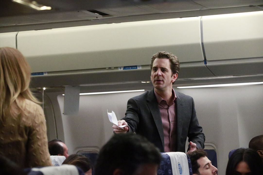 Meredith (Ellen Pompeo, l.) fliegt zu einer Konferenz. Während sich die Passagiere auf den Abflug vorbereiten, bemerken einige von ihnen, dass Flugg... - Bildquelle: Mitch Haaseth 2017 American Broadcasting Companies, Inc. All rights reserved.