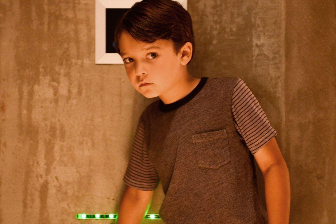 Misstrauisch hört Ethan (Pierce Gagnon) seinem Vater beim Telefonat mit Molly zu. Die ganzen Geheimnisse verwirren das Roboterkind ... - Bildquelle: Dale Robinette 2014 CBS Broadcasting, Inc. All Rights Reserved
